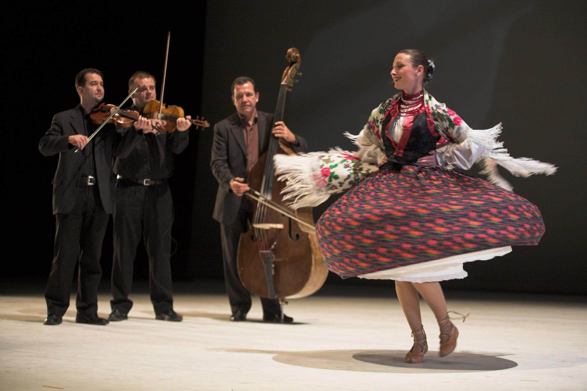 Hungarian Dance Performance + Drink & Cruise